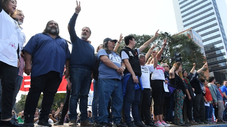 Referentes de los trabajadores, en el escenario montado sobre un camión (Maximiliano Luna)