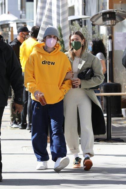 Justin y Hailey Bieber tomaron un desayuno al paso mientars caminaban opr las calles de Beverly Hills