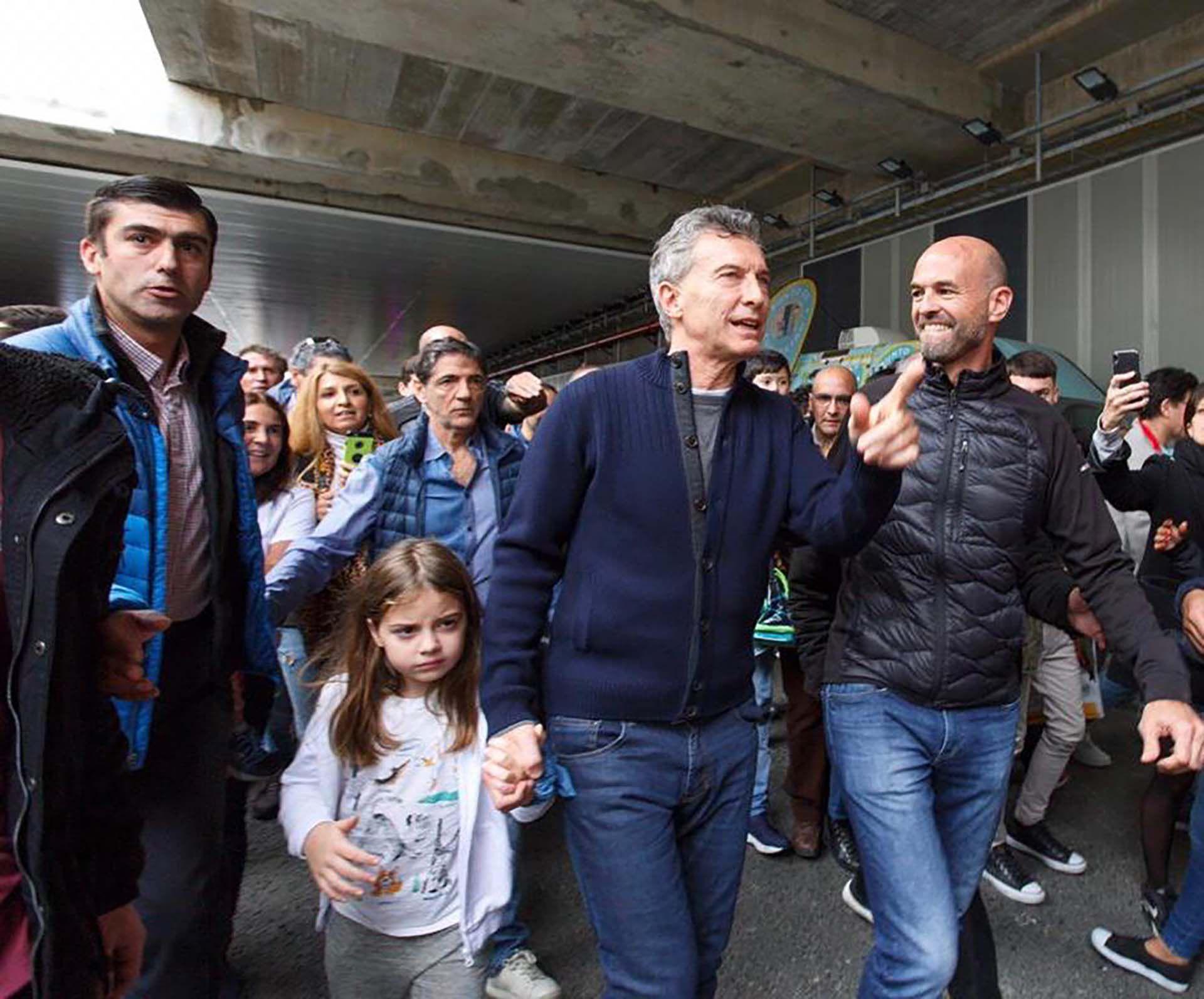Mauricio Macri junto a su hija Antonia y el ministro de Transporte, Guillermo Dietrich. ayer domingo en el Paseo del Bajo