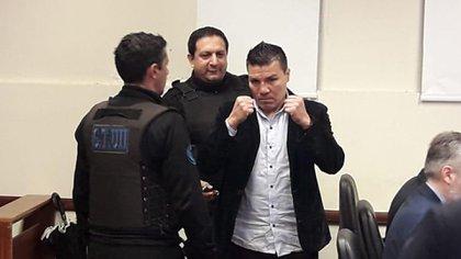 """Carlos """"Tata"""" Baldomir ingresó a la sala del juicio en su contra con gestos amenazantes hacia la prensa (@javisfarias)"""