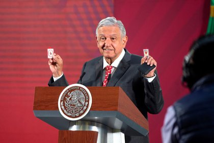 """El presidente de México, Andrés Manuel López Obrador, muestra sus amuletos que le sirven como """"escudos protectores"""" contra el coronavirus, durante una rueda de prensa en Ciudad de México, México. 18 de marzo de 2020. Mexico's Presidency/Handout via REUTERS"""