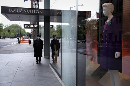 A security guard stands outside a closed Louis Vuitton store on 5th Avenue, during the outbreak of the coronavirus disease (COVID-19), in Manhattan, New York city, New York, U.S., May 11, 2020. REUTERS/Mike Segar