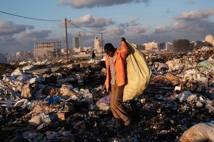 Mohamed, de Mali, vive en Libia desde 2015. Quiere regresar a Mali pero no tiene suficiente dinero. Vino para escapar del conflicto en su país y encontrar trabajo para mantener a su familia. Es peón del municipio pero, como su trabajo está mal pagado, también recoge chatarra en un basurero (Giulio Piscitelli)