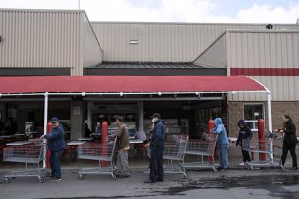La gente hace cola para ingresar a una tienda mayorista en Tijuana, estado de Baja California, México, el 17 de marzo de 2020.