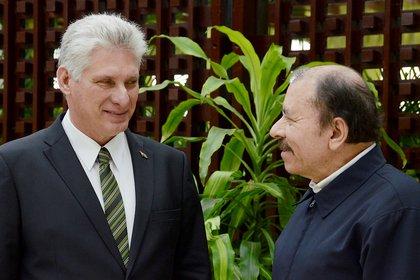 El presidente de Cuba Miguel Diaz-Canel hablando con el presidente de Nicaragua Daniel Ortega (Joaquin Hernandez/REUTERS)