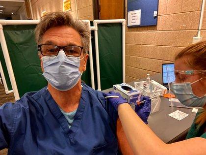 El doctor Cingolani ya completó su segunda dosis de la vacuna de Pfizer. Aquí el dia de la segunda aplicación, en los pasillos del hospital Johns Hopkins