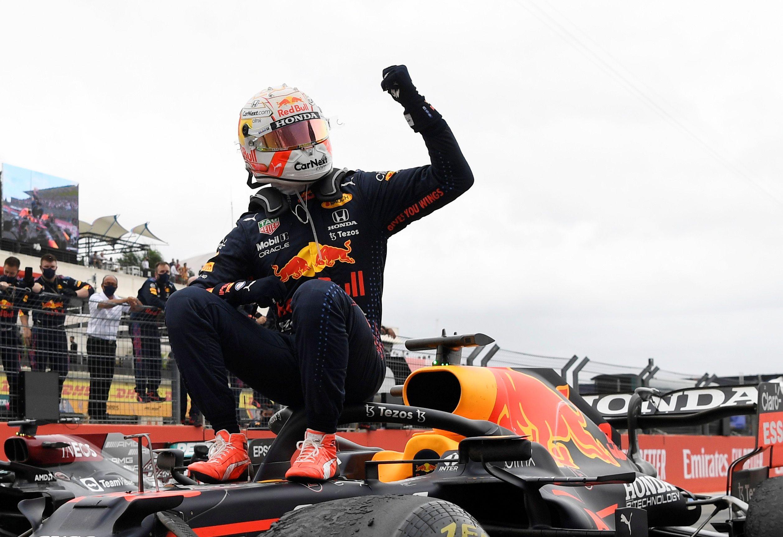Max Verstappen festeja arriba de su auto (REUTERS/Nicolas Tucat     TPX IMAGES OF THE DAY)