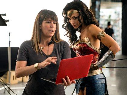"""La director Patty Jenkins y Gal Gadot durante el rodaje de la película """"Wonder Woman 1984"""" (EFE)"""