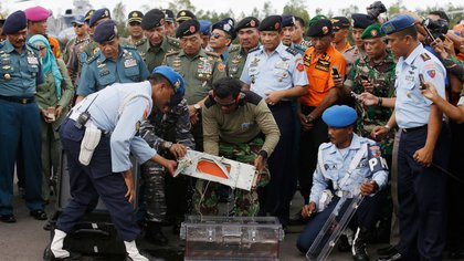 Los equipos de rescate recuperan la grabadora de datos del vuelo de AirAsia AP 163