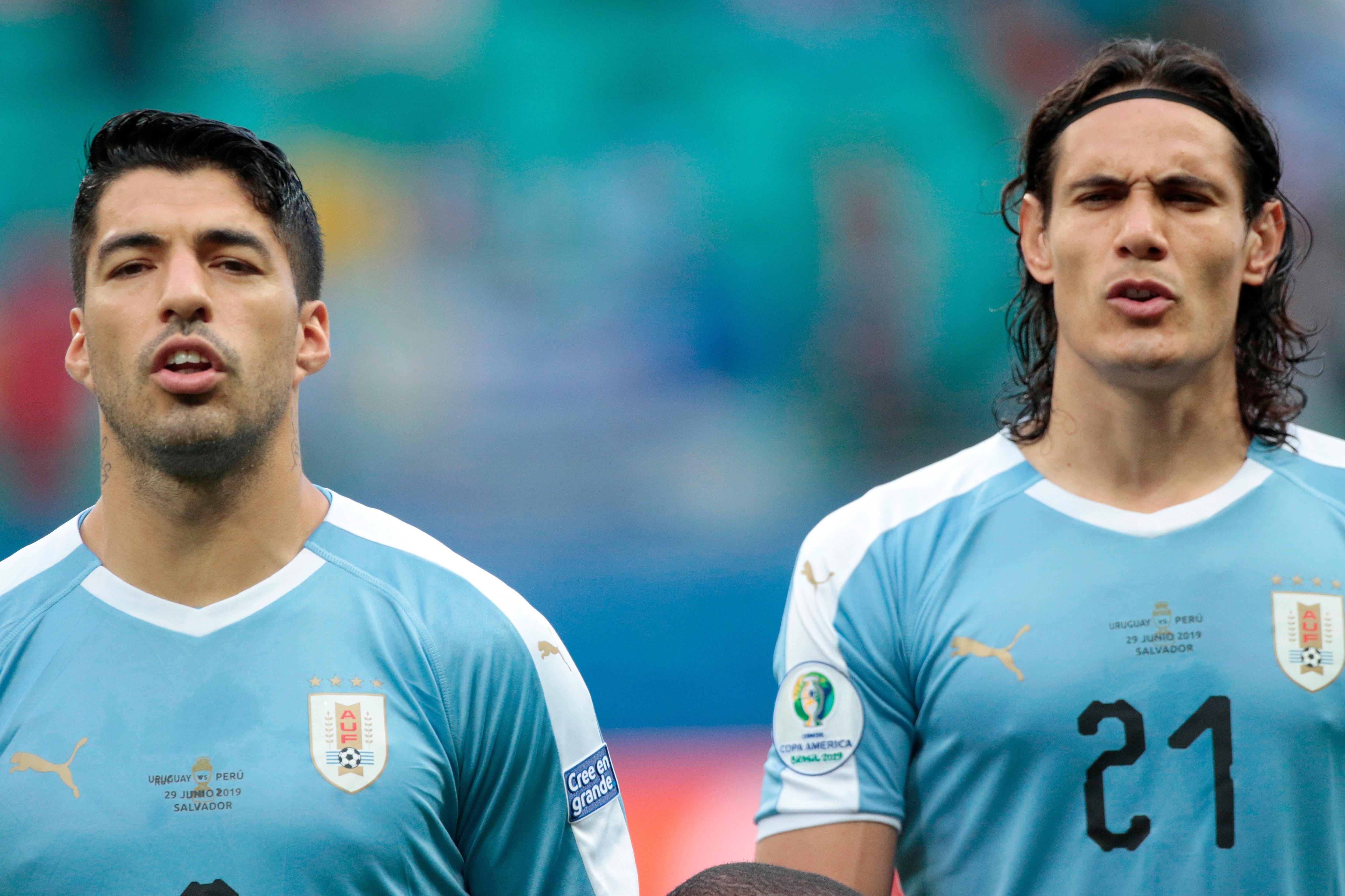 En la imagen, los futbolistas uruguayos Luis Suárez (d) y Edinson Cavani (i). EFE/Joédson Alves/Archivo