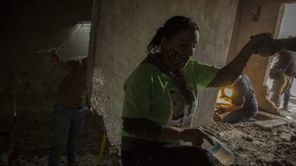 """TIJUANA, BAJA CALIFORNIA, 13SEPTIEMBRE2020.- Después de dos años de búsqueda, un testigo le reveló a Bárbara Martínez, quien forma parte de los colectivos que buscan personas desaparecidas en qué parte había sido enterrado su hijo. De acuerdo al testigo su hijo fue enterrado en un lugar denominado """"Casa Campos"""" en la calle Rosales, colonia Campos,  mismo lugar donde ya habían encontrado un cuerpo hace 10 meses, y aseguraban había cinco más enterrados de forma clandestina.Por tal razón la señora Martínez, decidió realizar la búsqueda con sus propios recursos a pesar de la negativa de las autoridades, durante el sábado y  hasta la madrugada de este domingo continuaron realizado los trabajos de excavación sin encontrar aún el cuerpo. FOTO: OMAR MARTÍNEZ /CUARTOSCURO.COM"""