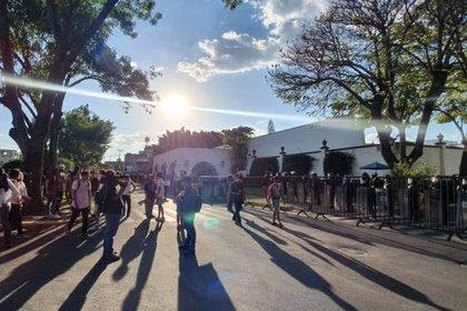 En Casa Jalisco sólo llegaron 150 personas e igual número de agentes de seguridad, los inconformes lograron parar, por dos horas, el tránsito sobre Avenida Manuel Acuña (Foto: Twitter@casa_arista)