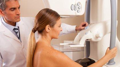 El cáncer de mama es una enfermedad causada por la multiplicación anormal de las células de la mama que forman un tumor maligno. La detección temprana es clave para un pronóstico favorable (Shutterstock)