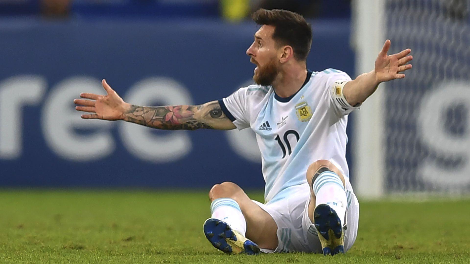 Lionel Messi protesta en el clásico ante Brasil en el estadio Mineirao (Photo by Pedro UGARTE / AFP)