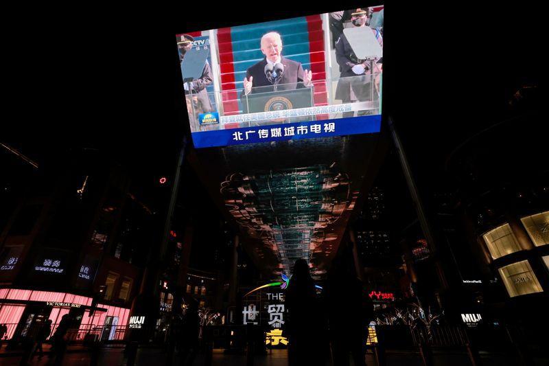 Imagen de archivo de una transmisión de la televisión china de la investidura del presidente de EEUU, Joe Biden, en un centro comercial de Pekín, China. 21 enero 2021 REUTERS/Thomas Peters