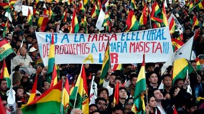 """La multitudinarias marchas denunciando la """"farsa electoral"""" de Evo Morales reunieron a millones de personas de todos los sectores sociales (AFP)"""