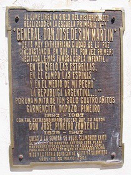 La placa que en homenaje de Piñeiro colocó la Escuela General San Martín