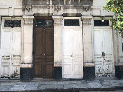 Puertas de los departamentos en La Mascota (Foto: Diana Zavala/Infobae)
