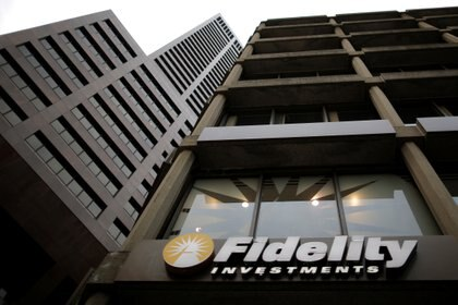 FILE PHOTO: A sign marks a Fidelity Investments office in Boston, Massachusetts, U.S. September 21, 2016.   To match Special Report USA-FIDELITY/FAMILY   REUTERS/Brian Snyder/File Photo