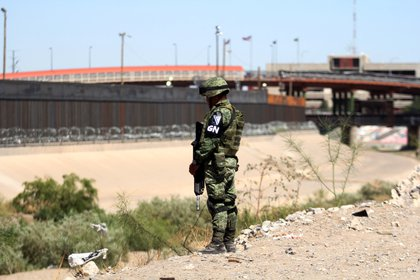 Elementos de la Guardia Nacional vigilan la frontera con EEUU a la altura de Ciudad Juárez. (Foto:NACHO RUIZ /CUARTOSCURO)