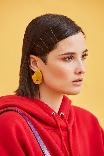 """Florencia Torrente se animó a ser la imagen de Helicia, su marca de accesorios que tiene junto a Agustina Bruzón. Los aros de resina son la novedad de la colección. En color amarillo, son los protagonistas de """"Revolución"""", como las diseñadoras bautizaron a la temporada de invierno 2019"""