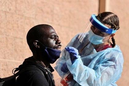 Un hombre se realiza una prueba por coronavirus en un refugio para personas sin hogar en Los Ángeles, EEUU