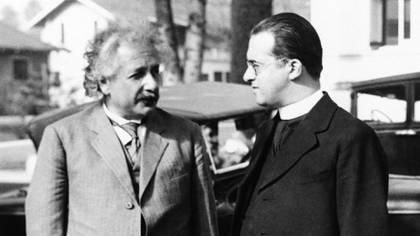 El astrónomo Georges Lemaitre con Albert Einstein luego de una charla en Pasadena, California, en 1932