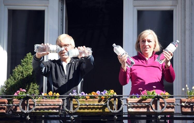 Dos adultos ejercitan con botellas llenas de agua en Alemania REUTERS/Fabian Bimmer