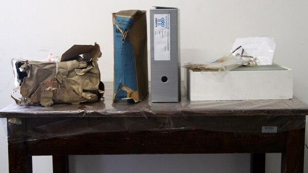 El proceso de reparación del material recuperado: dos días después del hallazgo la documentación corrió riesgo de perderse por la rotura de un caño de agua