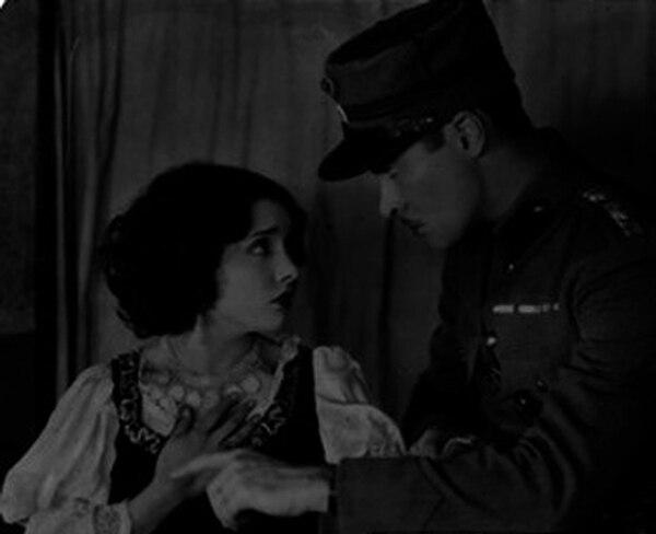 Lupe Velez y Rodolfo Laroque durante una escena de película en 1924