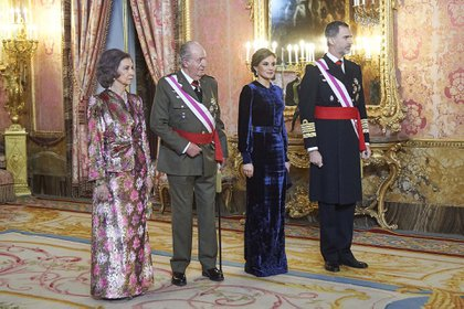 Sofía y Juan Carlos, junto con los actuales monarcas, Letizia y Felipe VI, en Madrid en 2018 (Shutterstock)