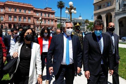 Alberto Fernández, Vilma Ibarra y Sergio Massa caminan desde la Casa Rosada al CCK cuando se recordó los 10 años de la muerte de Néstor Kirchner