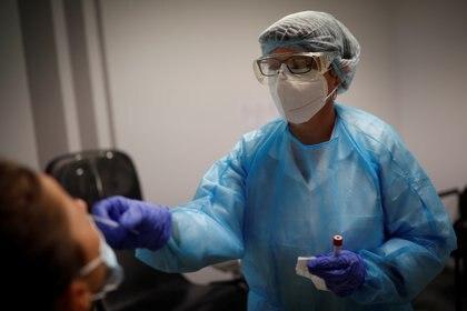 El comportamiento de este nuevo coronavirus es similar a los anteriores, como el de la gripe, al reproducirse por aire y causar reinfecciones - Reuters