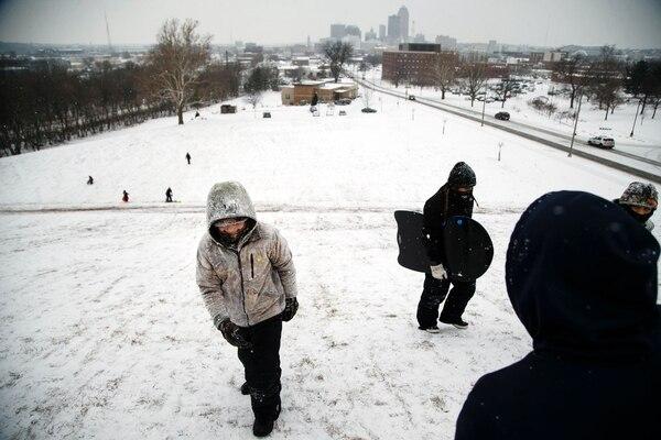 Una famiia juega en la nieve en Des Moines (AP)