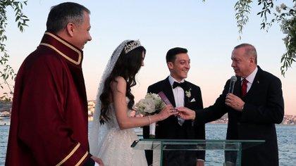Erdogan, presidente de Turquía, fue uno de los invitados a la boda del futbolistaMesut Özil,(REUTERS)