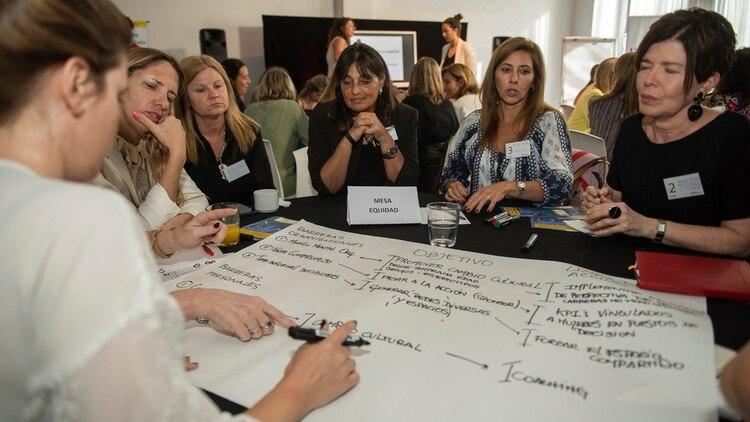 Modificar el tipo y grado de participación que mujeres y varones tienen dentro de las organizaciones con el fin de promover un mayor acceso de las primeras a puestos de decisiones, implica reconocer e identificar un conjunto de barreras