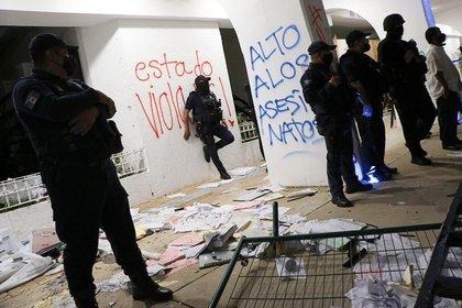Policías antidisturbios vigilan en el Palacio Municipal luego de una protesta para exigir justicia por el asesinato de Blanca Alejandrina, conocida como Alexis, que fue disuelta por la policía con disparos al aire para dispersar a los manifestantes que vandalizaban el local del gobierno, en Cancún México 9 de noviembre de 2020 Foto: REUTERS/Jorge Delgado