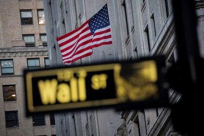 IMAGEN DE ARCHIVO. La bandera de Estados Unidos se ve en un edificio en Wall Street, en el distrito financiero de Nueva York, EEUU. Noviembre 24, 2020. REUTERS/Brendan McDermid