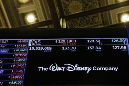 El logo de Walt Disney Company se despliega en una pizarra electrónica en el piso de la Bolsa de Valores de Nueva York (NYSE), en Nueva York [25 de febrero de 2020] (Reuters/ Lucas Jackson)