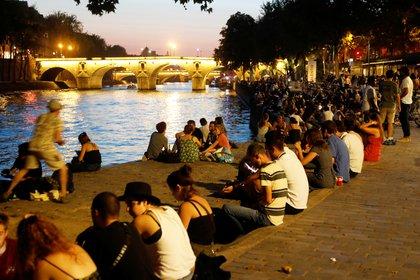Gente joven sobre el río Sena, en Francia.  REUTERS/Charles Platiau