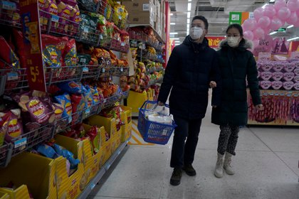 Clientes que usan mascarilla en un Walmart en el distrito comercial central de Beijing, China, el 16 de febrero de 2020. (REUTERS / Stringer)
