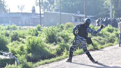 """El fiscal Alcorta declaró que los ocupantes """"no tenían armas de fuego, pero nos esperaron con fierros clavados en el barro""""."""