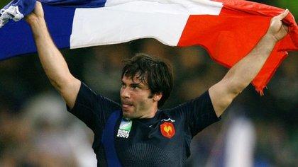 FOTO DE ARCHIVO: El francés Christophe Dominici celebra después del partido de cuartos de final de la Copa Mundial de Rugby contra Nueva Zelanda en Cardiff el 6 de octubre de 2007. REUTERS/Charles Platiau