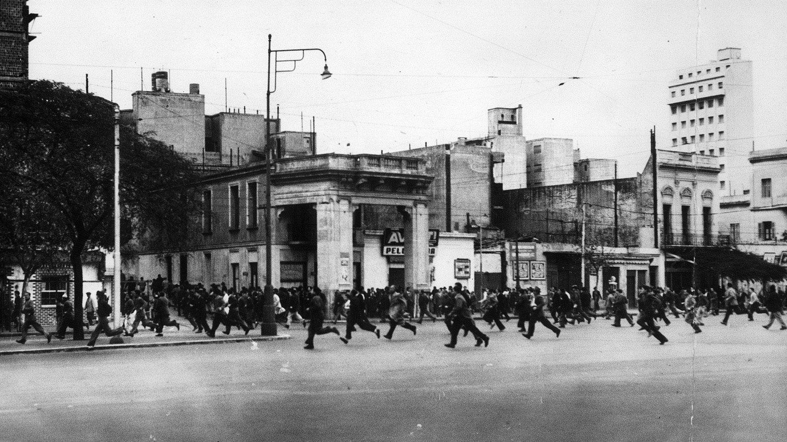 La gente huyó ante el estruendo de las bombas sobre la Plaza de Mayo