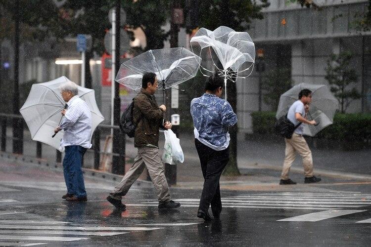 Las intensas lluvias que se registran por la gran extensión del tifón (su diámetro es casi la mitad de la longitud del archipiélago) han hecho que el caudal de ríos supere los niveles de riesgo en varias ciudades y áreas residenciales se han visto afectadas (Photo by FRANCK FIFE / AFP)