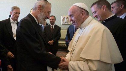 """El Papa Francisco, al recibir el documento""""Entre Jerusalén y Roma"""" de manos de destacados rabinos de Estados Unidos, Europa e Israel, en agosto pasado. Allí, los rabinos apuntaron contra """"las ramificaciones radicales del Islam""""."""