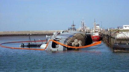 Fruto de la desidia y la falta de control, el D 2 terminó hundido en en muelle de la base naval de Puerto Belgrano