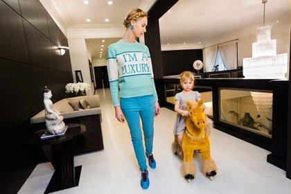 """""""Ilona en su casa con su hija Michelle, Moscú, 2012"""". (Laureen Greenfield)"""