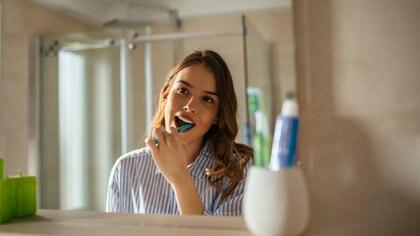 Por qué cepillarse los dientes podría reducir el riesgo de padecer COVID-19 grave
