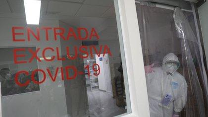 ACOMPAÑA CRÓNICA: MÉXICO MARINA MEX3857. CIUDAD DE MÉXICO (MÉXICO),08/07/2020.- Fotografía fechada el 7 de julio de 2020 que muestra integrantes del Centro Médico Naval durante sus labores de trabajo atendiendo casos de COVID-19 en Ciudad de México (México). La disciplina marca el día a día del Centro Médico Naval de la Marina mexicana, que desde el pasado mayo atiende a pacientes de COVID-19, tanto militares como civiles, para evitar la saturación hospitalaria en la capital mexicana. EFE/Sáshenka Gutiérrez